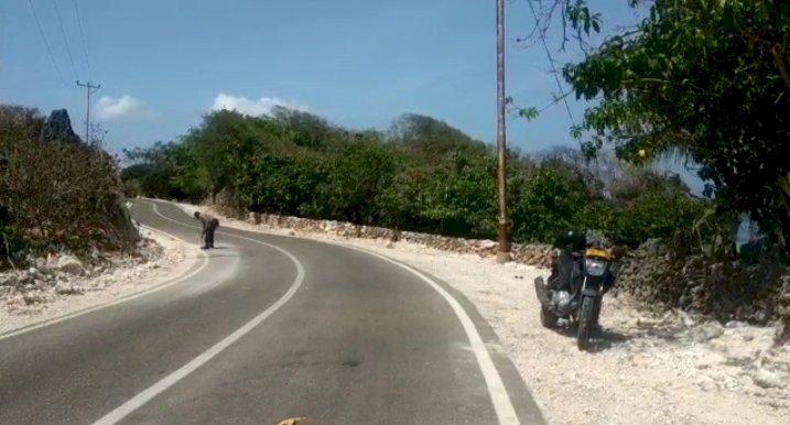 Amankan Jalur Kunjungan Gubernur, Personel Polsek Rote Barat Sapu Jalan