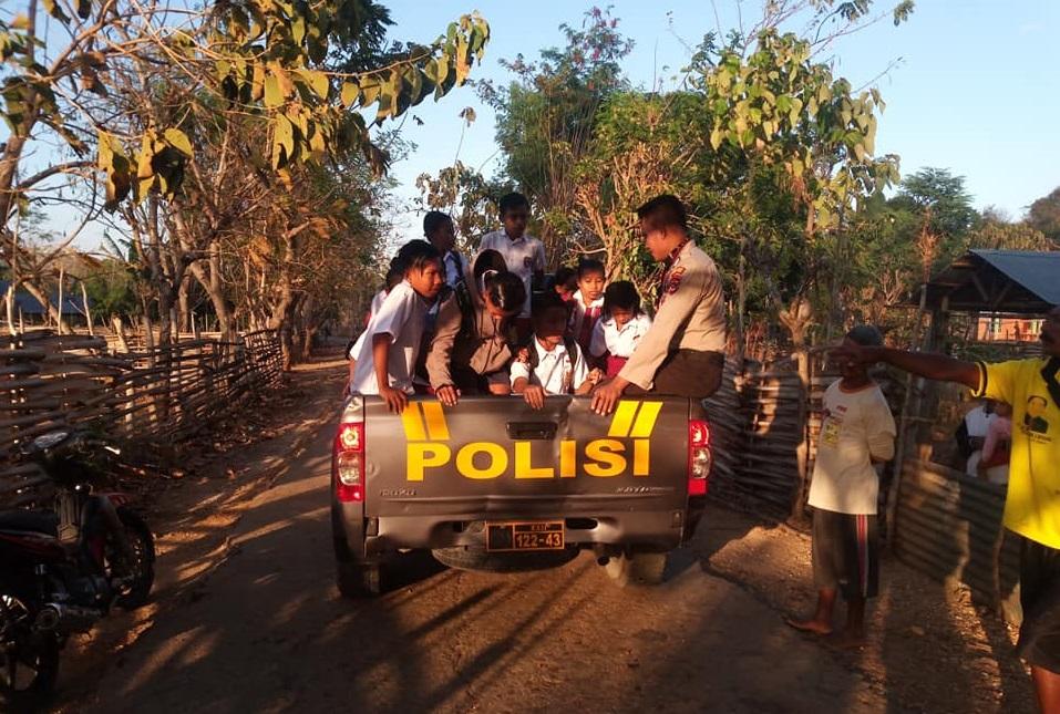 Anak-anak SD Diangkut Dengan Mobil Patroli, Ada Apa..???